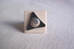 Bague «Tendance grise» céramique écru/triangle