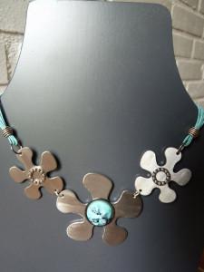 Collier fleurs turquoise